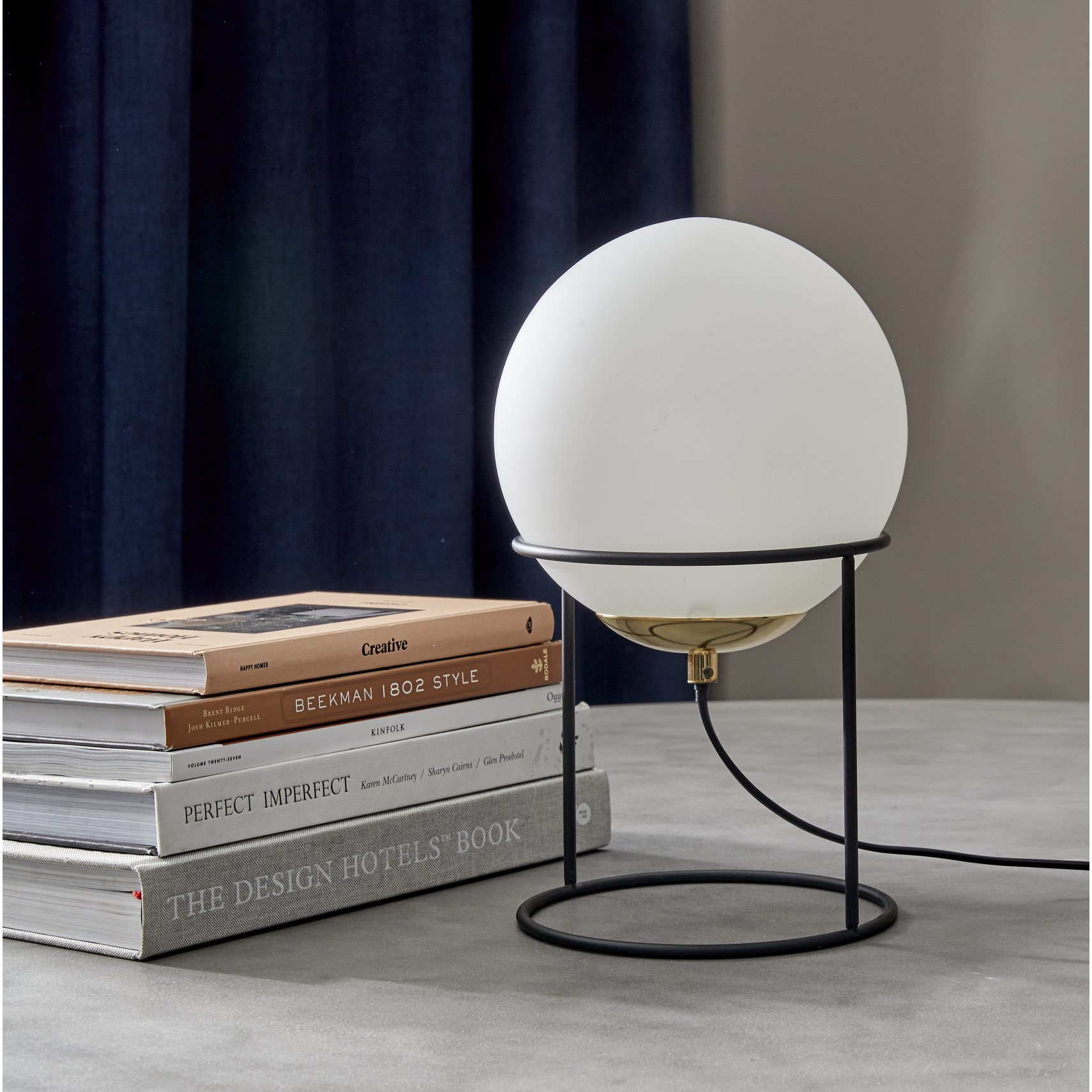 Moon Bordlampe - Sort metal stel, opal glaskugle og sort ledning