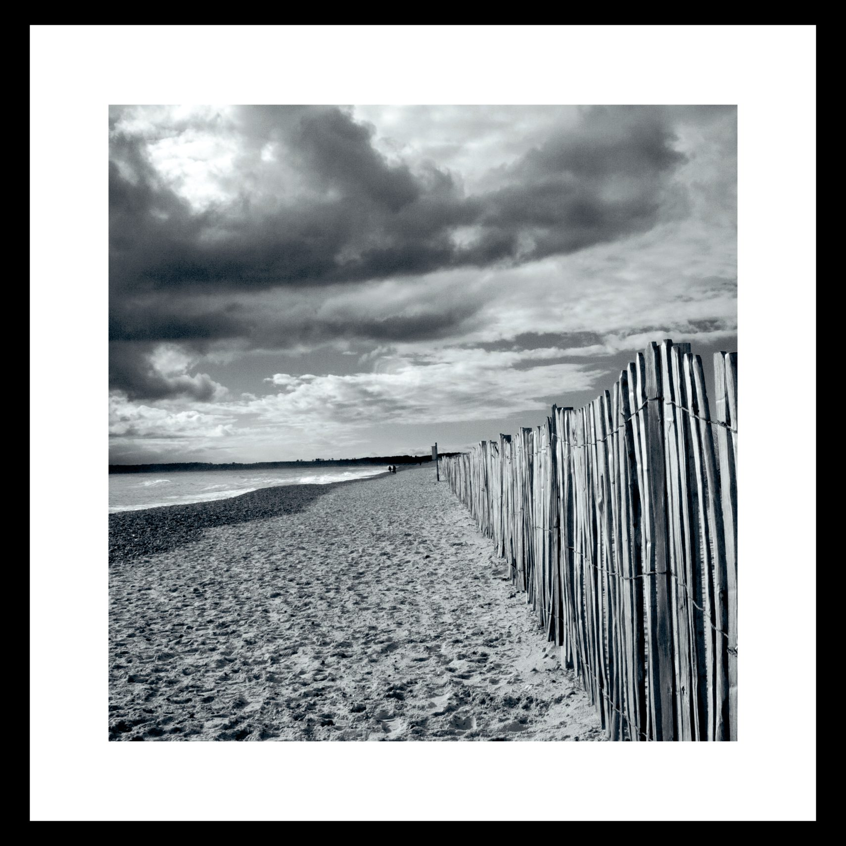 ART GALLERY Plakat 50 x 50 x 1,5 cm - Beach fence - B/W og ramme i 15 mm sort fyrretræ